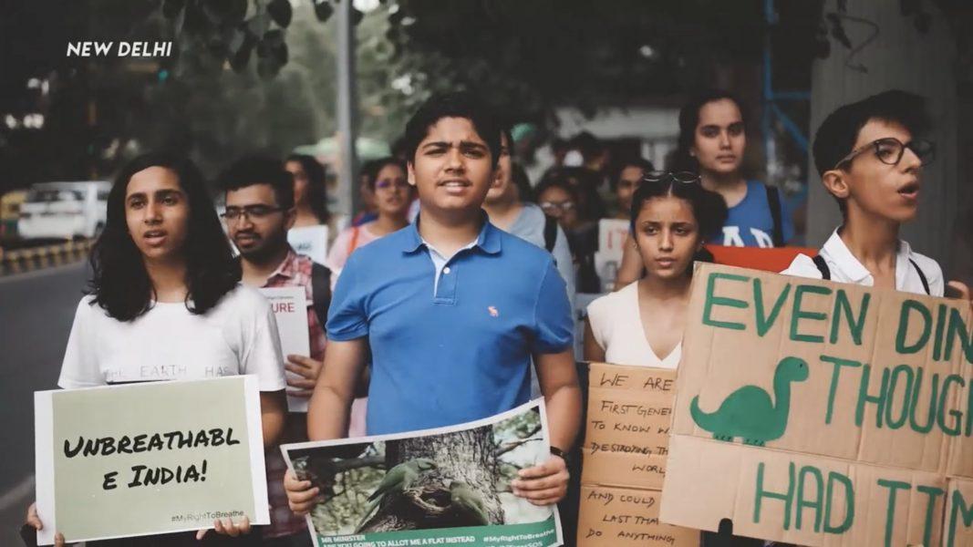 """""""Indiens Greta Thunberg"""" Aman Sharma (i blå tröja) under en protest mot luftföroreningar och klimatförändringar ."""