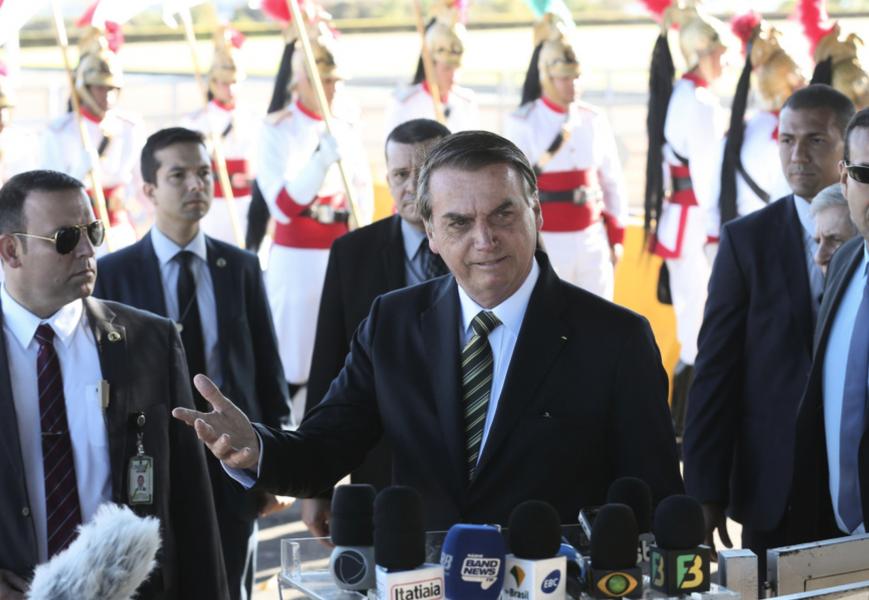 Brasiliens president Jair Bolsonaro vill nu ha utländsk hjälp till släckningsarbetet i Amazonas.