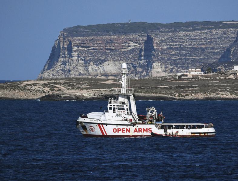 Räddningsfartyget Open Arms utanför den italienska ön Lampedusa.