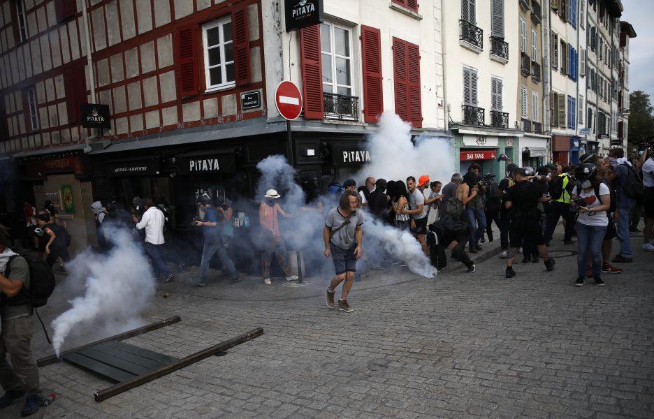 Polisen använde tårgas mot demonstranter i Bayonne.