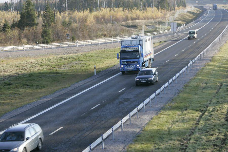 Vägtrafik på nya E4 mellan Uppsala och Mehedeby.