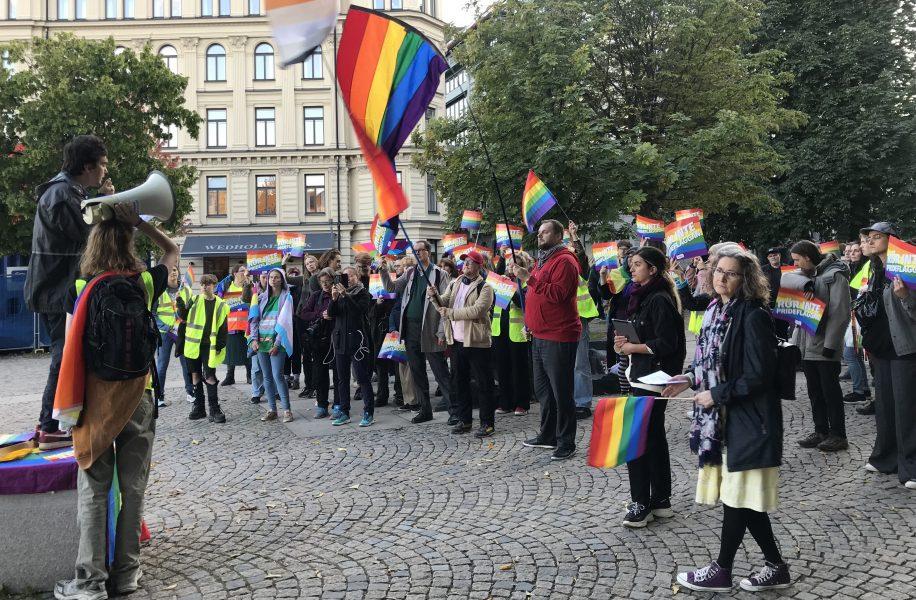 Ett hundratal personer samlades på Raoul Wallenbergs torg under torsdagkvällen, för att markera mot att Sölvesborgs kommunhus inte längre sätter upp regnbågsflaggan.