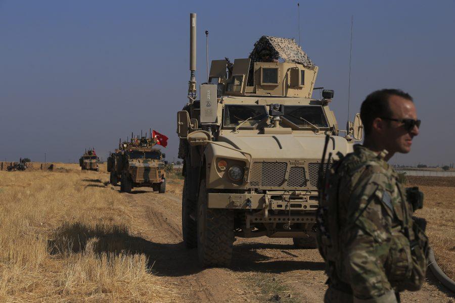 Turkiska och amerikanska stridsfordon i nordöstra Syrien nära gränsen till Turkiet.