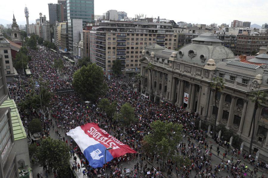Nära en miljon människor protesterade på gatorna i Santiago, Chile.