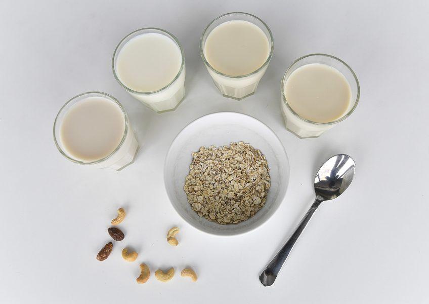 Växtbaserade mjölkalternativ kan bland annat bestå av havre, soja, mandel och kokos.