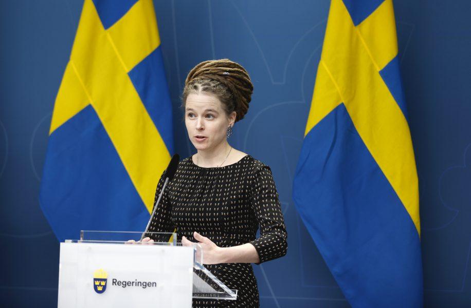 Kulturminister Amanda Lind vid dagens presskonferens.