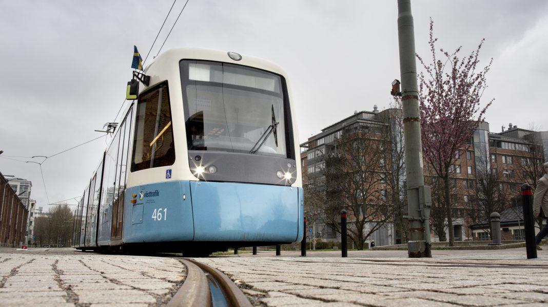 """Alliansen i Göteborg beslutade i sin budget att ge i uppdrag åt det allmännyttiga bostadsbolaget AB Framtiden att i samverkan med regionen """"införa trygghetsvakter och värdar i kollektivtrafiken och på hållplatser""""."""