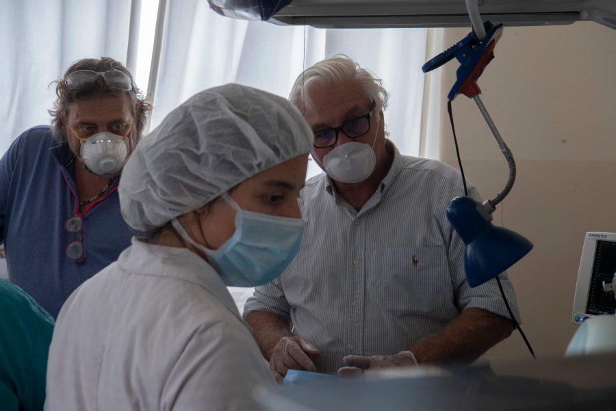 Hjärtläkaren Roberto Canessa i samspråk med robotingenjörer och läkare inför testandet av deras nyutvecklade respiratormodell.