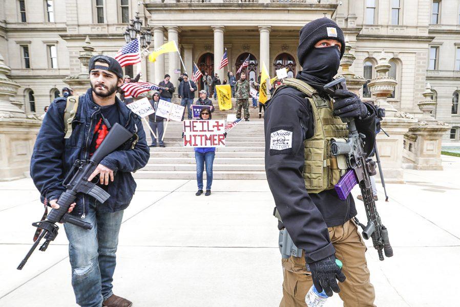 Arga Michigan-bor med vapen protesterar mot guvernör Gretchen Whitmers uppmaning att stanna hemma och hålla social distans.