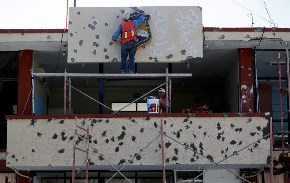 Fasaden till statshuset i Coahuila repareras efter en blodig massaker i vilken 22 personer förlorade sina liv i december 2019.