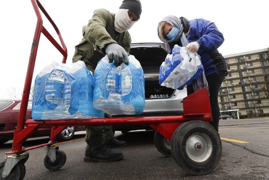 Vatten som donerats till ett soppkök i Detroit under corona-pandemin.