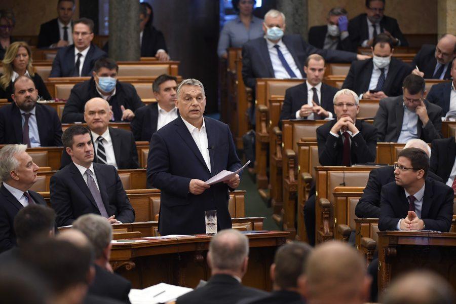 Lagförslaget, som innebär ett förbud mot ändring av juridiskt kön,kommer efter det ungerska parlamentet har gett premiärminister Viktor Orbán makten att styra med dekret under obegränsad tid för att bekämpa coronasmittan.