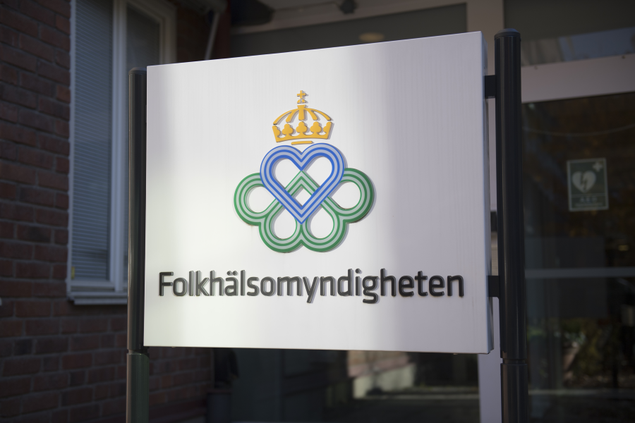 Svenskarna får vänta ytterligare på ett besked om resande i sommar.