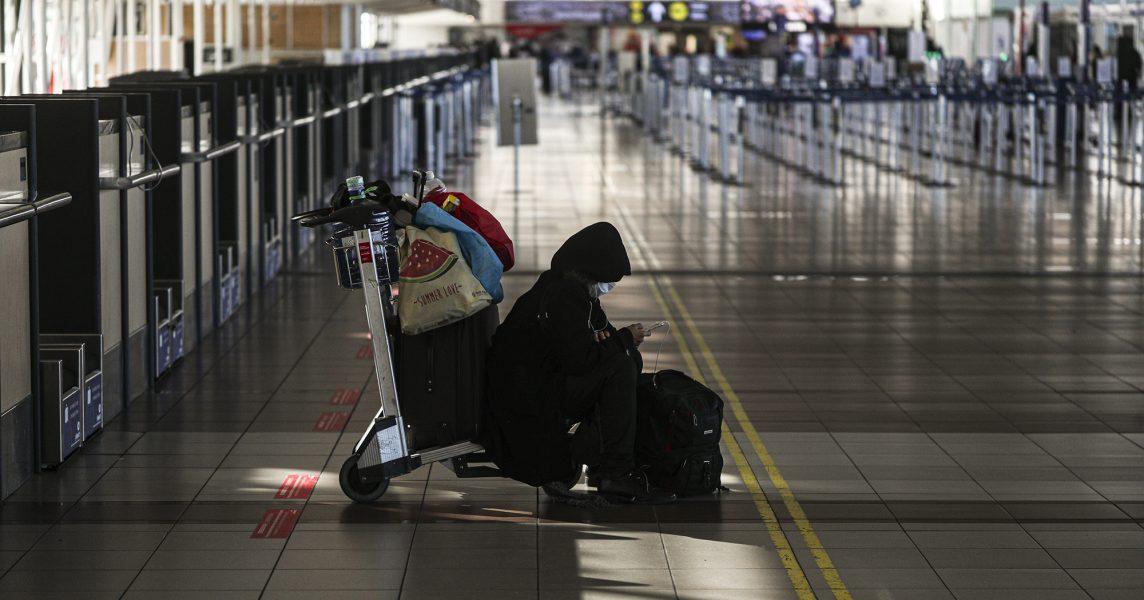 Flygplatsen i Santiago är en av de många i världen som söker stöd eftersom folk varken kan eller vill flyga nu.