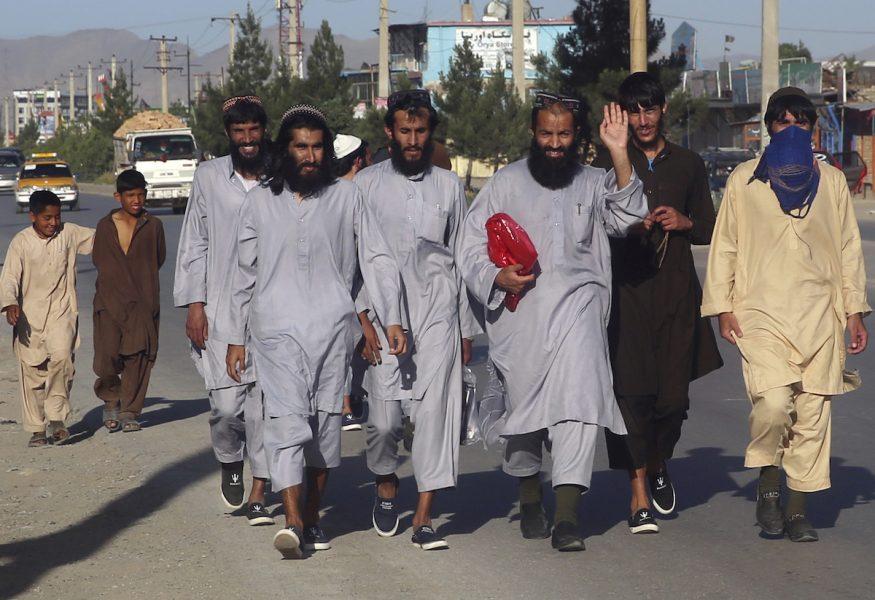 Frigivna talibaner lämnar ett fängelse i den afghanska huvudstaden Kabul i slutet av maj, som ett led i den färdplan som härnäst ska resultera i fredssamtal.