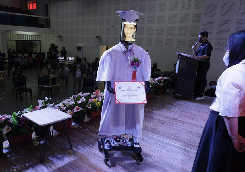 En robotstudent får ta emot ett diplom istället för den riktiga studenten för att man ska undvika smitta.