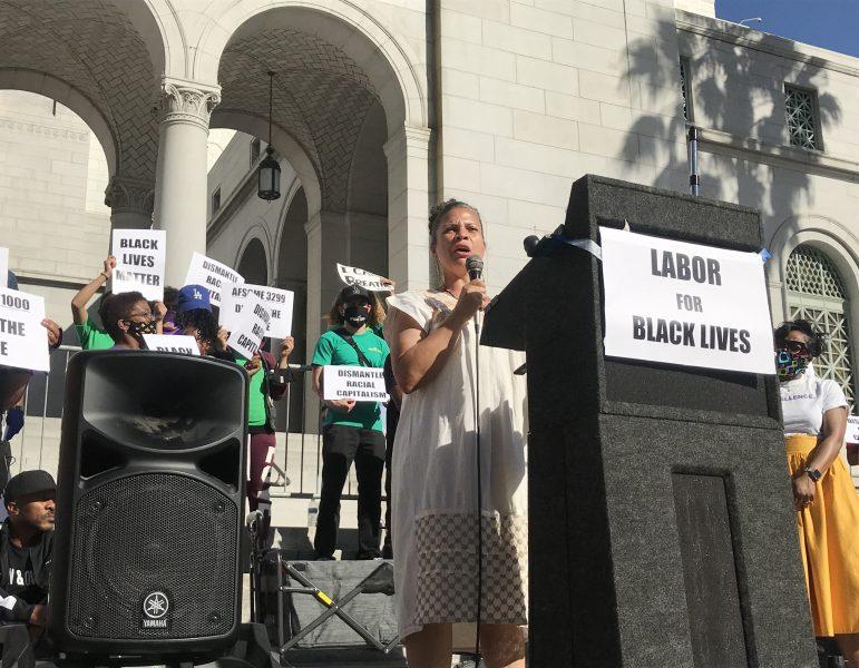 """""""Jag är anti-polis"""" säger Melina Abdullah, en av Black Lives Matters grundare, utanför Los Angeles stadshus."""