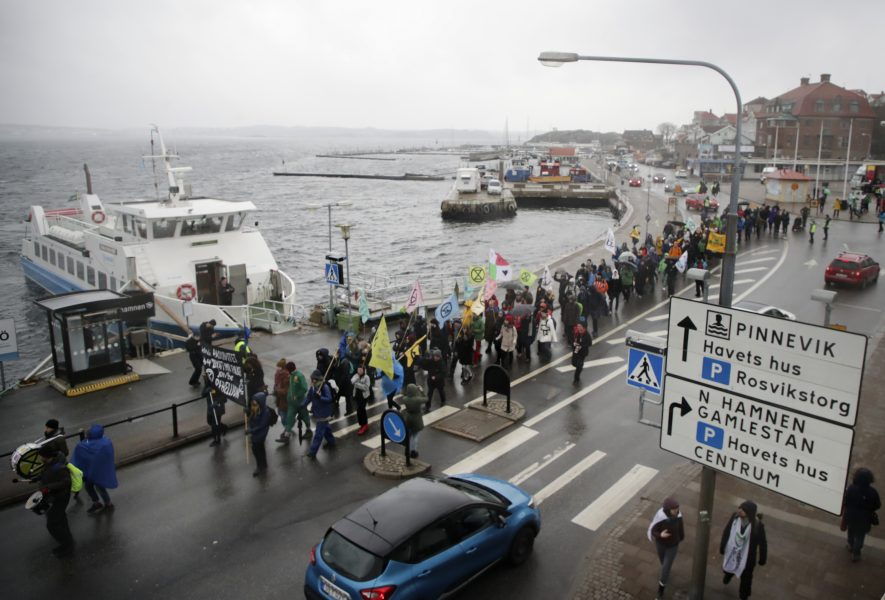 Demonstranter går genom Lysekil för att protestera mot utbyggnaden i samband med domstolsförhandlingarna i mars.