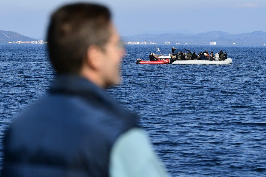 Sedan i mars har den grekiska kustbevakningen enligt en ny rapport tagit till allt fler, och farliga, metoder för att hålla flyktingar borta eller olagligt skicka tillbaka dem till Turkiet.