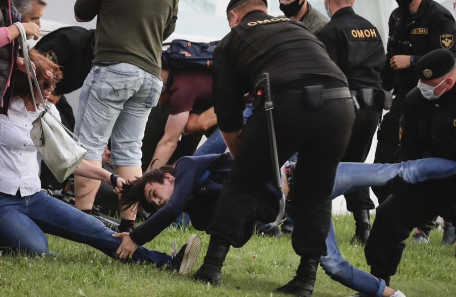 Polisen grep under tisdagen minst 250 demonstranter i Belarus, enligt en människorättsgrupp.