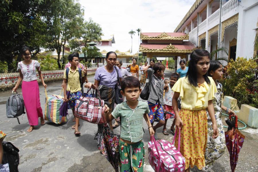 Bybor anländer till ett buddistiskt kloster för att söka skydd, sedan de flytt från sina hem i delstaten Rakhine i Myanmar.