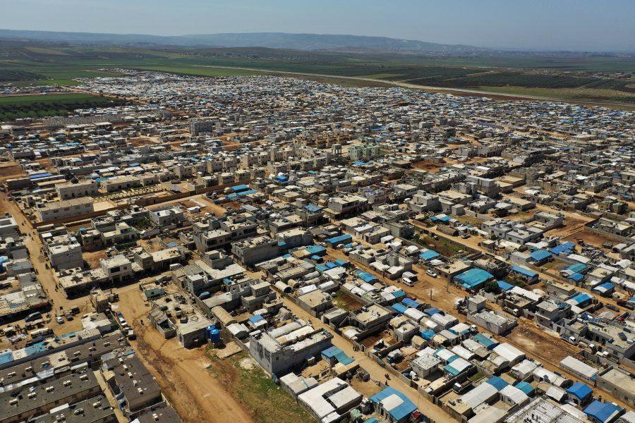 Vy över ett stort flyktingläger mellan Turkiet och Syrien, på den syriska sidan av gränsen.