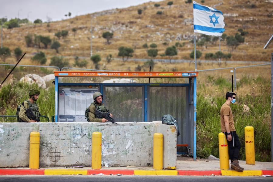 Israeliska soldater vid en busshållplats utanför Nablus på Västbanken.