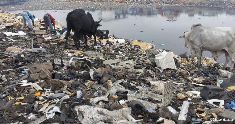 Plastavfall olagligt dumpat på en strand i Malaysia.