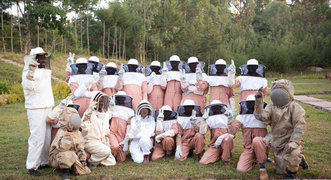 Representanter för organisationen Forested foods tillsammans med lokala bönder i Etiopien som fått lära sig biodling.