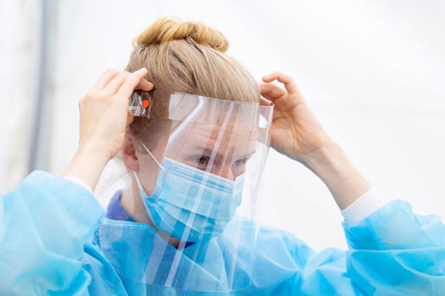 Det är stor skillnad mellan kommunernas beredskapslager av skyddsutrustning, som munskydd och visir.