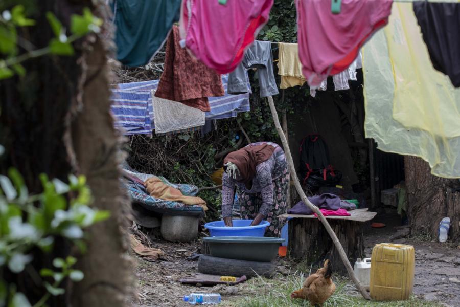 Över 33 000 människor har flytt från sina jordbruksmarker och söker nu skydd i läger på grund av dödshot från beväpnade män.