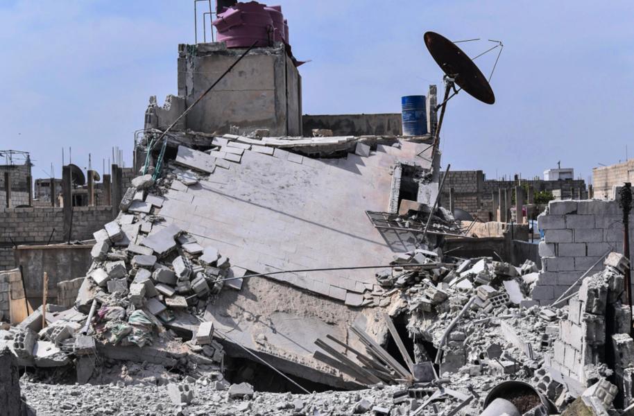 Resterna av ett hus som enligt syriska regimen förstördes av israeliska robotar i april i år.