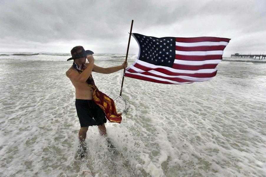 USA hukar inför Sallys ankomst, här vid Fort Walton Beach i Florida.