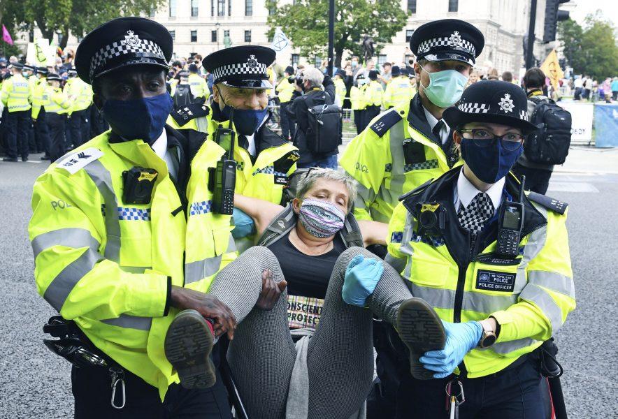Polisen lyfter iväg enklimataktivist i centrala London.