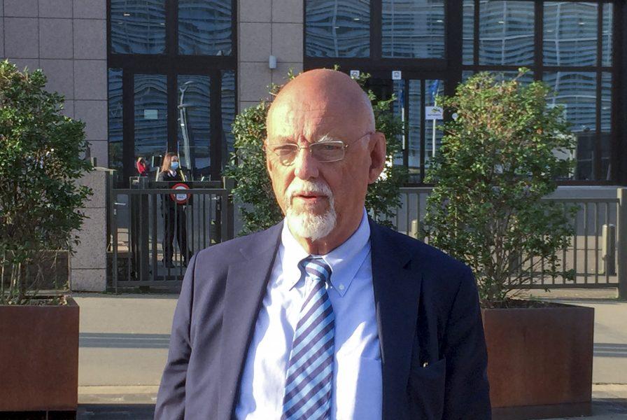 Hans Dahlgren (S) på väg in till tisdagens EU-ministermöte i Bryssel.