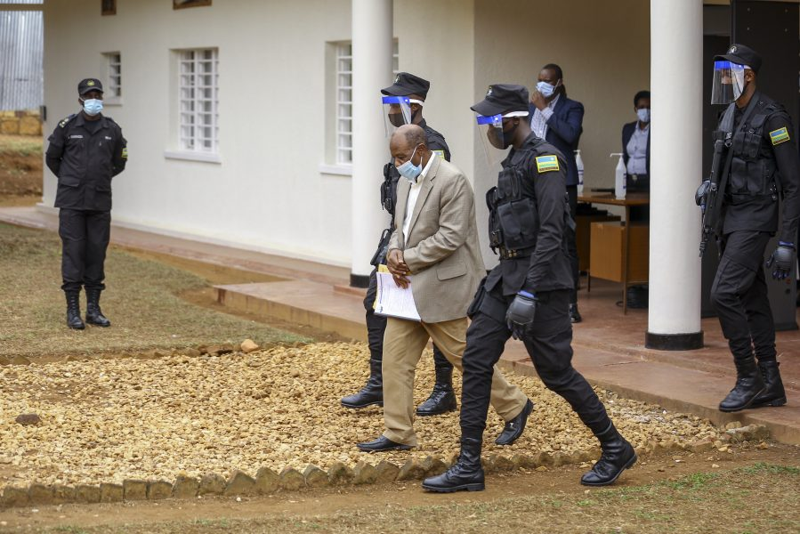 Paul Rusesabagina leds ut från rätten i handfängsel, efter måndagens delgivning av formella anklagelsepunkter.
