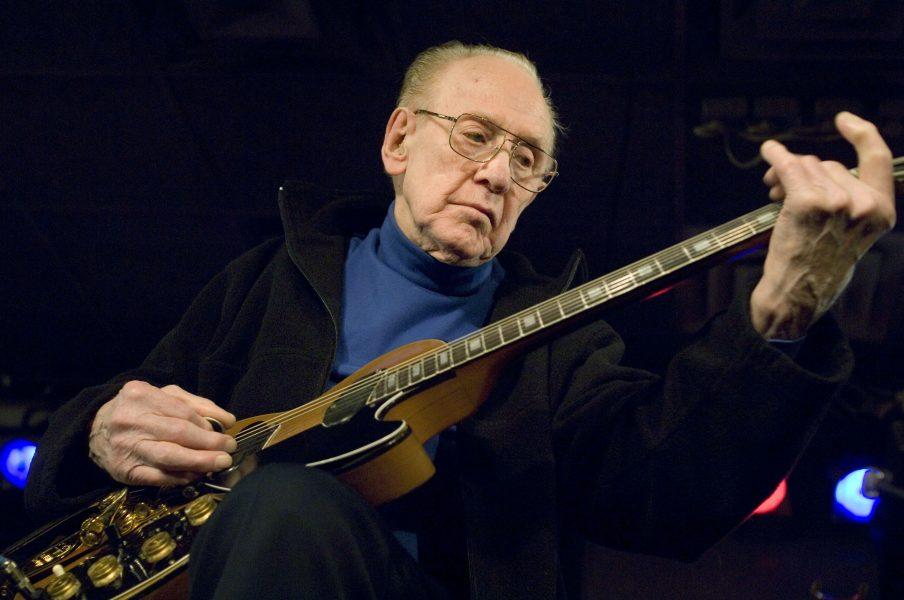 Les Paul spelar på den berömda jazzklubben Iridium i New York 2007.