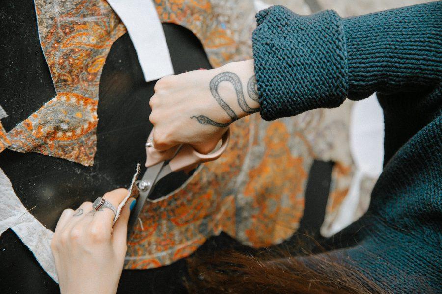 Att vårda, laga och sy om klädesplagg kan förlänga deras livslängd.