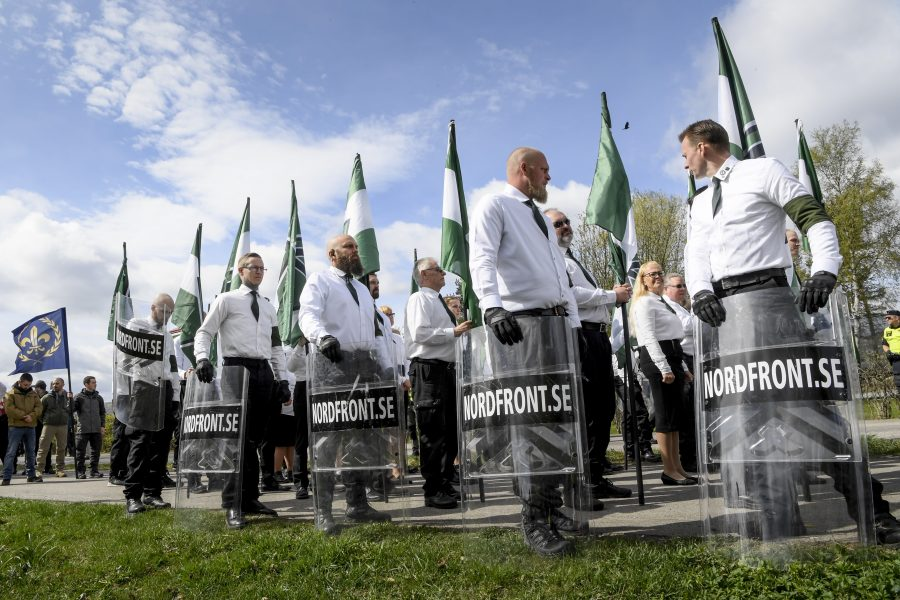 Den nazistiska organisationen Nordiska motståndsrörelsen (NMR) ställer upp sig inför demonstration i Ludvika.