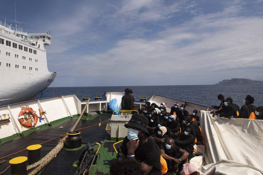 De 353 flyktingarna väntar på att gå på nästa fartyg där de ska sitta i karantän på grund av coronaviruset.