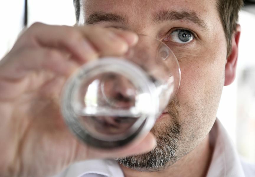 Kallingebon Herman Afzelius är ordförande PFAS-föreningen som har stämt det kommunala vattenbolaget för att i åratal ha levererat dricksvatten som varit förgiftat av de kemikaliska ämnena PFAS.