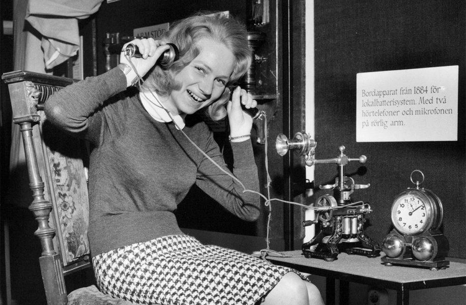 På utställningen Telefonparaden – från Bell till våra dagar provar Kersti Sone en åttio år gammal telefon – från 1864.