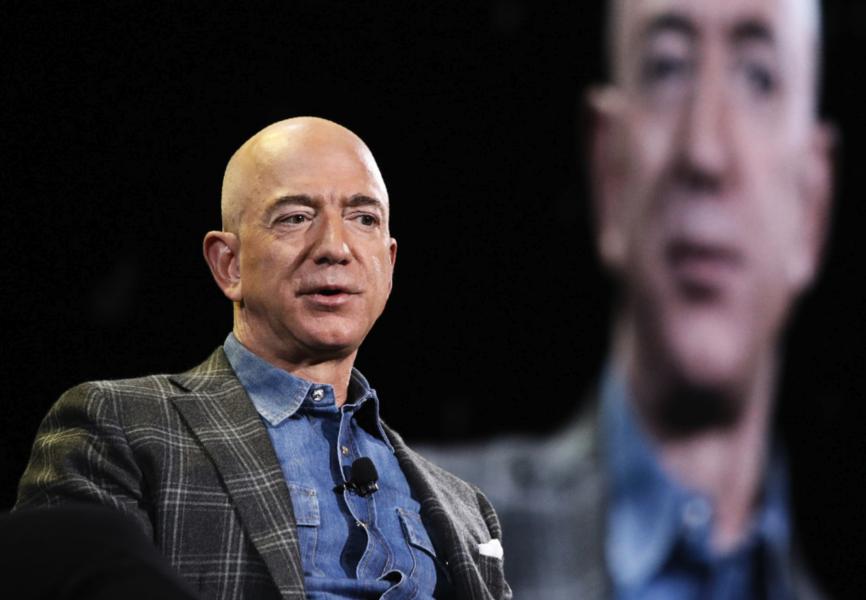 Amazons grundare Jeff Bezos är först i världen med en förmögenhet på 200 miljarder dollar eller mer.