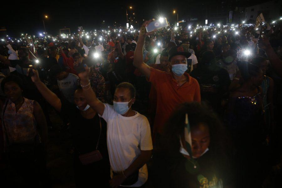 Demonstranter under en minnesceremoni i Lagos för offer för polisvåld i Nigeria i söndags.