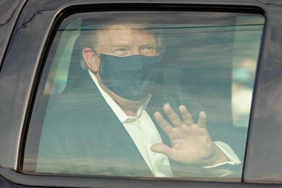 USA:s president Donald Trump överraskade anhängare med en liten biltur utanför sjukhuset där han vårdas.