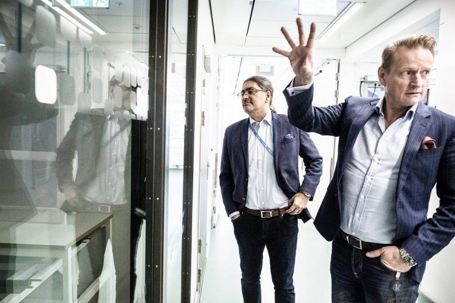 Professor Matti Sällberg (till höger) är inte särskilt oroad över att studier pausas.