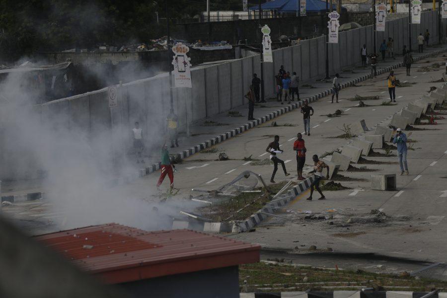 Demonstranter tar till flykten då polis sätter in tårgas för att skingra protesteriLagos på onsdagen.