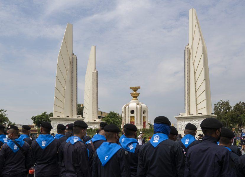 Tusentals poliser är på plats i samband med att demonstranter samlas nära demokratimonumentet i Bangkok.