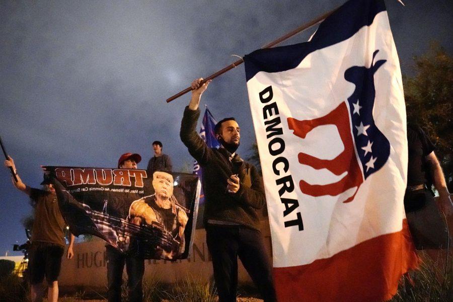 Donald Trump eller Joe Biden? På bilden samlas anhängare till de båda presidentkandidaterna utanför valmyndigheten i Clark County i delstaten Nevada.