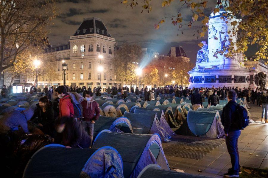 Migranter satte upp 450 tält på Place de la République i Paris i protest mot rivningen av ett tältläger i förra vecan.